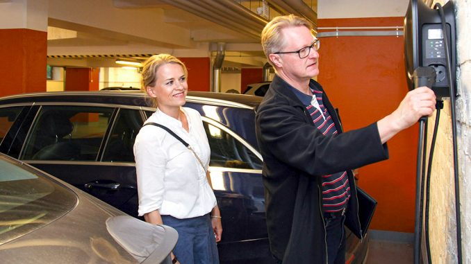 Wagon Annika Penttinen ja Esko Matikainen tutustuivat uusien latauspisteiden toimintaan.