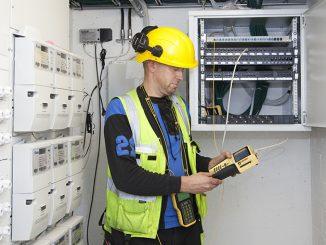 Asennuksen jälkeen kuitujen toimivuus tulee aina varmistaa mittaamalla. Kuvassa mittauksia tekemässä Etelä-Savossa kuituasennustöissä palvelevan RK-Antenni ky:n Rauno Kaila. Kuva Paula Myöhänen.