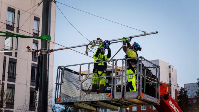 Raitiotien sähköratatyöt tehdään pääasiassa raiteiden päällä liikkuvan työkoneen nostokorista käsin. Kuva Tampereen Raitiotieallianssi.