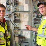 Luukas Iskanius ja Juho Hynynen E-Avenue oy:n tehtaan YSAO/E-Avenue- oppimisympäristössä.