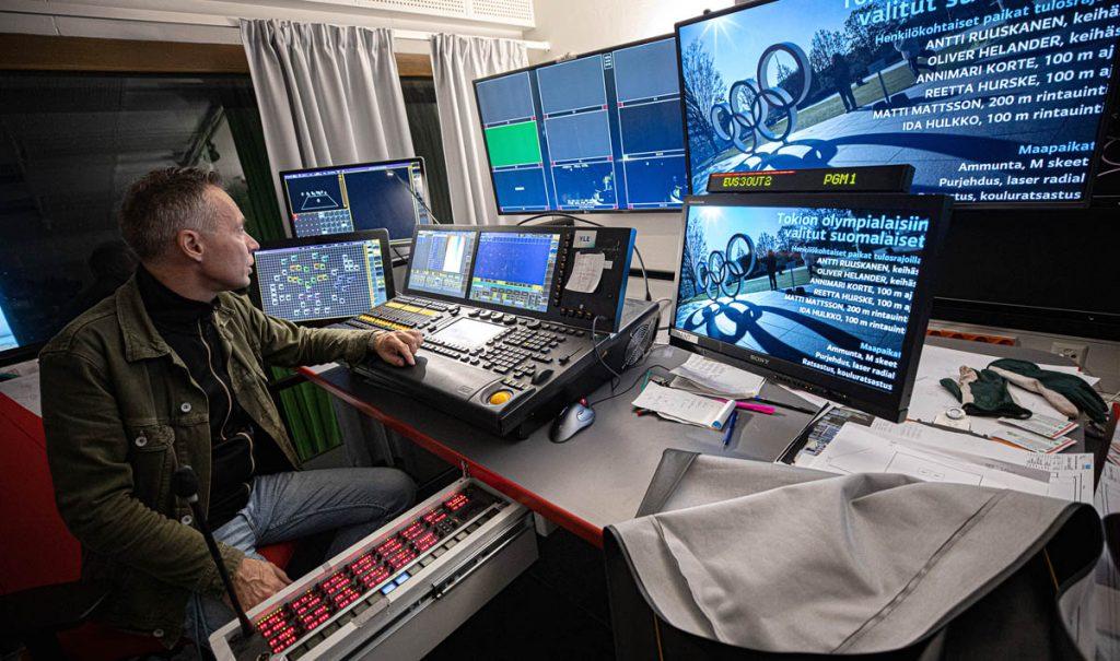 Juha Kupsanen Ylen studio 1:n tarkkaamotilan valopöydän ääressä. Kuva Alejandro Lorenzo.