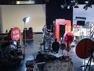 Nenäpäivä-sketsien kuvausta Ylen studiolla. Yksikamerakuvauksissa käytetään sekä katto- että lattiavaloja. Kuva Alejandro Lorenzo.