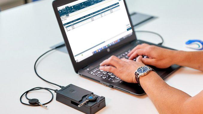 Ohjelmointiavaimen koodaus ei onnistu ilman tietokoneen USB-porttiin kiinnitettävää suojauslaitetta. Kuva iLOQ oy.