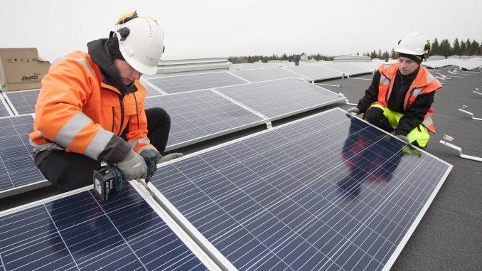 Aurinkovoimalan rakentaminen on suurimmaksi osaksi mekaanista asennustyötä. Solnet Green Energyn Siim Kuiv ja Imre Aas ovat jo kokeneita aurinkopaneelien asentajia.