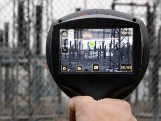 Espoolaisella kytkinasemakentällä äänikamera paikallisti nopeasti mahdollisesti korjausta vaativan osittaispurkauksen eristimen pinnalta.