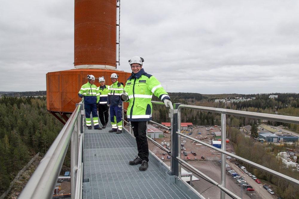 Caverionin Matti Häkkisen, Lahti Energian Esa Tepposen, Caverionin Timo Lampisen ja Lahti Energian Sandor Luukkasen mukaan uuden voimalan sähkötyöt ovat edenneet hyvin aikataulussa.