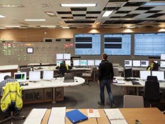 OL3:n valvomon laitosidenttinen harjoitussimulaattori. Kaikki valvomossa työskentelevät henkilöt käyvät järjestelmien käytön simulaattorikoulutuksen ennen voimalan käynnistämistä.