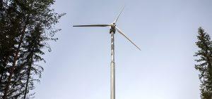 Pientuulivoimalat ovat edelleen hyvä vaihtoehto sähköverkon ulottumattomissa oleviin kohteisiin suuriin akustoihin liitettynä. Kuva Juha Loikkanen