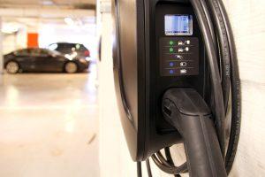Sähköautojen perinteisten lataustapojen lisäksi standardin uudessa versiossa tullaan huomioimaan myös sähköajoneuvojen induktiivinen lataus.