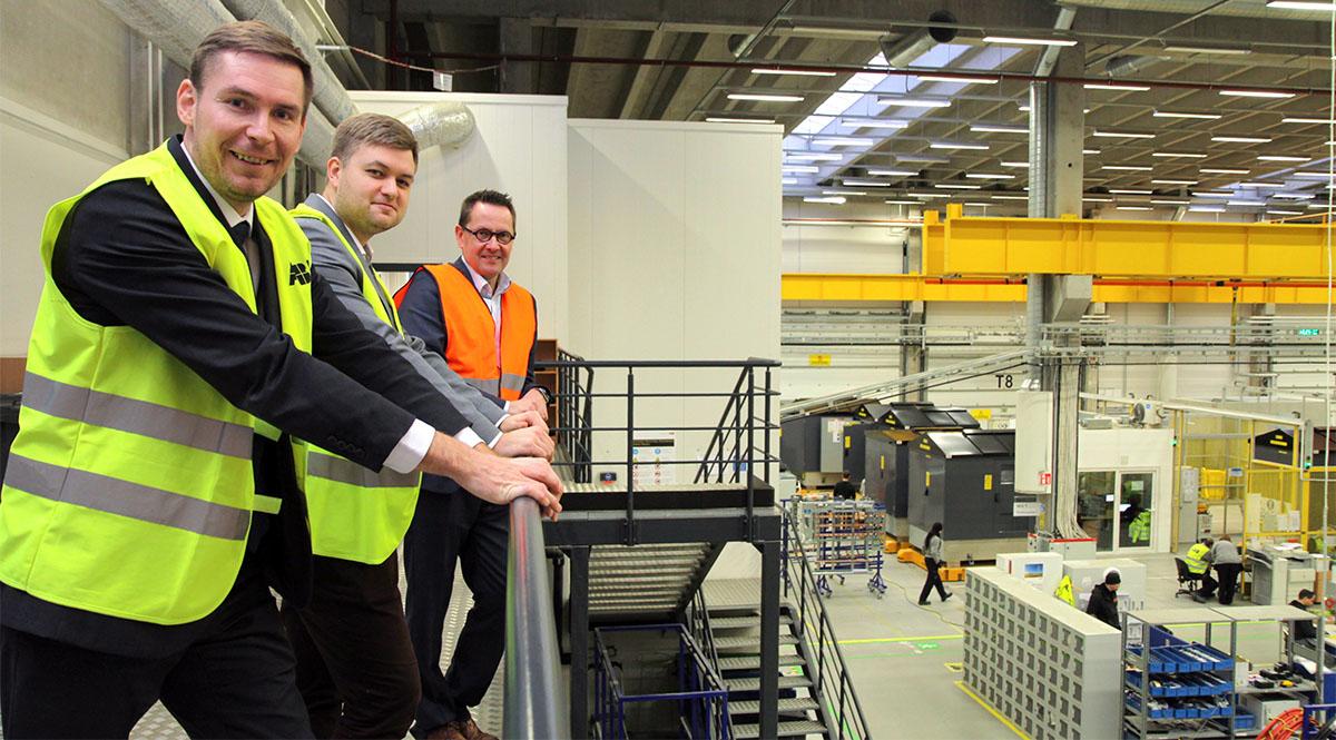 Michal Skaroupka, Enn Karin ja Mika Kuusisto odottavat innolla, että ABB:n Viron-tehtaan ensimmäiset sähkövarastot saadaan maailmalle.