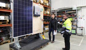 Samuli Monosen ja Matias Peräisen mukaan harjoituskäyttöön tarkoitetun aurinkosähkölaitteiston tulee kestää toistuvia kokoamiskertoja ja sillä pitää pystyä harjoittelemaan havainnollisesti kaikkia aurinkosähköjärjestelmän asennuksen ja käyttöönoton eri vaiheita.