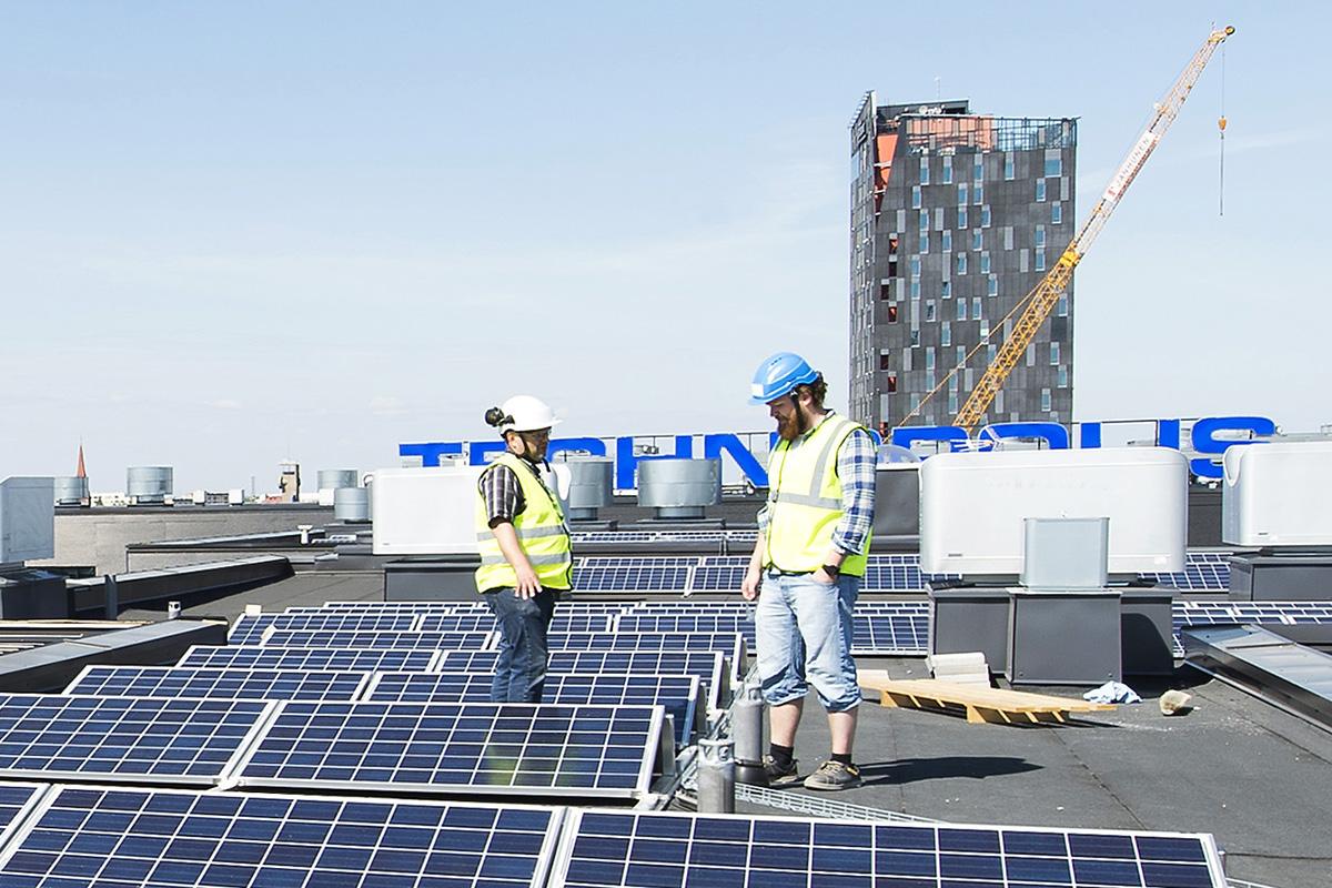 UTU oy:n toimittaman, huipputeholtaan 45 kilowatin aurinkovoimalan paneelit asennettiin loivaan kulmaan, jotta ne nappaisivat auringonsäteitä koko päivän ajan.