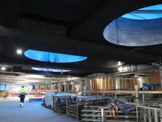 Triplan kauppakeskukseen pääsee sisään maan tasosta jostakin suunnasta peräti neljästä kerroksesta. Kuva Maria Heinola.