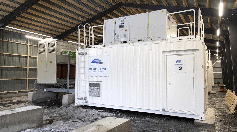 Tuhansien kilojen painoiset sähkövarastokontit vaativat tukevat perustukset. Kuva Janica Karasti.