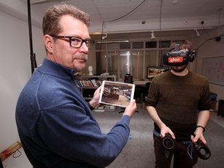 Faken Matti Pouhakan mukaan virtuaalitodellisuuteen pääsee niin VR-laseilla kuin tablettitietokoneellakin. Kuva Markku Alén.