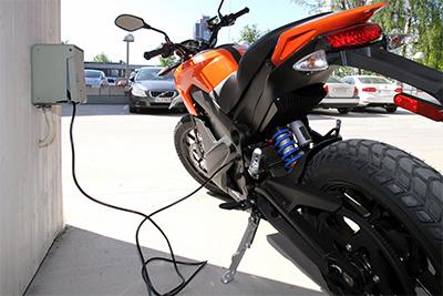 Zerot voi ladata tavallisesta pistorasiasta, minkä lisäksi tarjolla on mahdollisuus sähköautojen peruslatauspisteiden käyttöön. Tämä edellyttää lisävarusteena myytävän, lähes 3 000 euron hintaisen latausadapterin hankkimista.