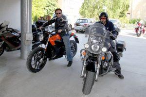 Sähkötalon kuskeista Zero DS teki vaikutuksen erityisesti Kimmo Areniukseen. 1800-kuutioisella Suzuki Intruderilla ajava Harri Tuomi piti pyörästä muuten, mutta jalkatapit olivat custom-kuskin makuun liian takana.