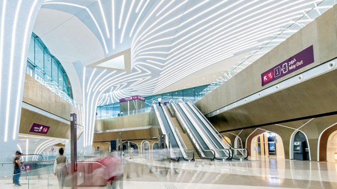 Qatarin pääkaupunki Dohan metroasemia valaistaan näyttävillä ledinauharatkaisuilla. Kuva Iguzzini.