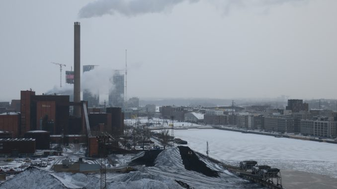 Tällä hetkellä noin 56 prosenttia Helsingin hiilidioksidipäästöistä aiheutuu rakennusten lämmittämisestä. Kuvassa vuonna 2024 suljettavaksi päätetty Hanasaaren voimala 18.3.2021 kuvattuna. Kuva Mikko Arvinen.