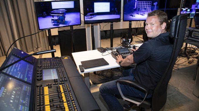 Bright Finland oy:n Sami Heikkilä esittelee, miten studion valaistusta ohjataan valopöydältä. Kuva Suvi Elo.