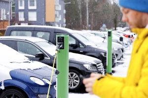 Pakkasilla sähköautojen akkuja pitää lämmittää latauksen aikana. Tämä syö virtaa akkujen varsinaiselta lataukselta. Kuva Mikko Käkelä.