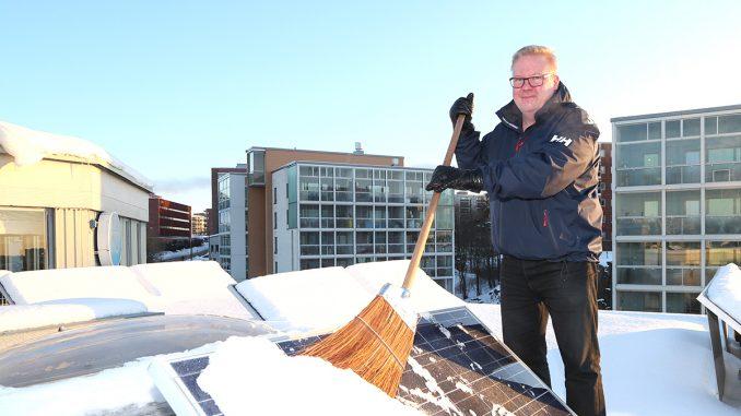 """Sähköinfon Timo Ylisen mukaan aurinkopaneelit voi harjata varovaisesti lumesta, mutta jäätä ei kannata lähteä raaputtamaan pois herkältä pinnalta. """"Tärkein sääntö on, että katolta ei saa pudota."""" Kuva Mikko Arvinen."""