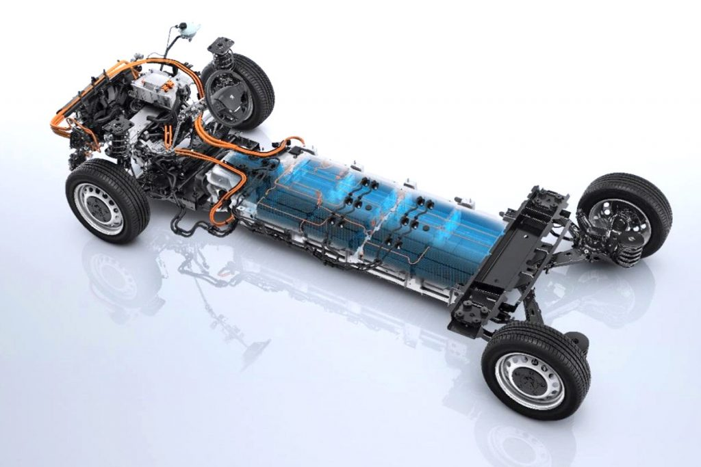 Litiumioniakusto on sijoitettu painopisteen kannalta optimaalisesti alustan keskelle. 75 kWh akku koostuu 27 moduulista. Voimalinjalle ja akulle luvataan kahdeksan vuoden/160 000 kilometrin takuu. Kuva PSA.