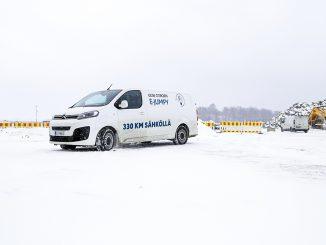 Citroën ë-Jumpyn parhaimmillaan 330 kilometrin käyttösäde riittää jo monien tarpeisiin, mutta talvikeli verottaa matkaa rankasti. Sisarmalleistaan Opelista, Peugeot'sta ja Toyotasta auton erottaa ainoastaan keulamaskista.