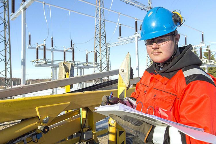 Valkeakosken ammattioppilaitos VAAOssa opiskeleva Pyry Tuominen pääsi työharjoitteluun sähköasematyömaalle Kangasalalle. Kuva Petri Kivinen.