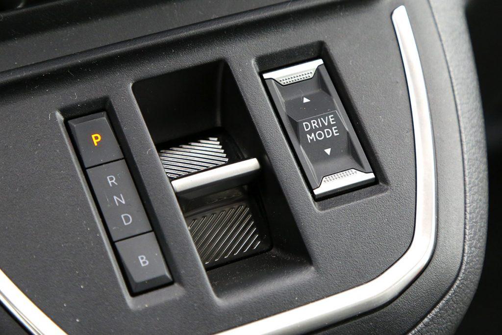 Auton mittaristo selkeän konstailematon. Vaihteenvalitsimen napit reagoivat painalluksiin hienoisella viiveellä.
