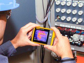 Kompaktin kokoinen lämpökamera on hyvä lisä huolto- ja kunnossapitotöitä tekevän henkilön työkalupakkiin. Kuva Fluke.