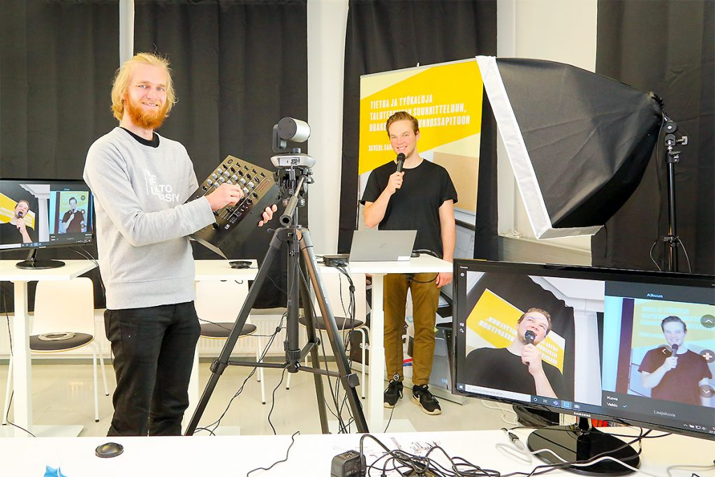 Sähköinfon teekkarityöntekijät, Aalto-yliopistossa toista vuotta sähkötekniikkaa opiskelevat Sauli Norja ja Santeri Huhtala tulevat toimimaan uusien webinaarien lähetysteknikkoina.