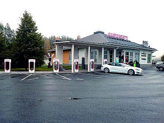 Juustoportti on tehnyt vuosia yhteistyötä Teslan kanssa. Kuvassa Teslan ylläpitämiä Supercharger-suurteholatauspisteitä Juustoportin Jalasjärven liikenneasemalla. Kuva: Maria Heinola