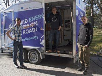 TAMKin Enervara-hankkeessa on rakennettu hybridienergiajärjestelmä, jonka tavoitteena on mahdollistaa energianmurrokseen liittyvät sähkökäytöt. Suunnittelijoina ovat toimineet lehtori Lauri Hietalahti ja lehtori Klaus Virtanen. Toteutuksen tekivät TAMKista insinööriksi (AMK) valmistunut Samuli Alanen ja Toni Markkula. Markkula valmistuu piakkoin sähkövoimatekniikan AMK-insinööriksi. Kuvassa vasemmalta Aki Korpela, Samuli Alanen ja Toni Markkula.