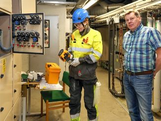 Sähköinfon tekninen asiantuntija Henrik Rousku opasti Metropoliassa sähköinsinööriksi opiskelevaa Alexandra Maltuschia lämpökameran käyttöön.