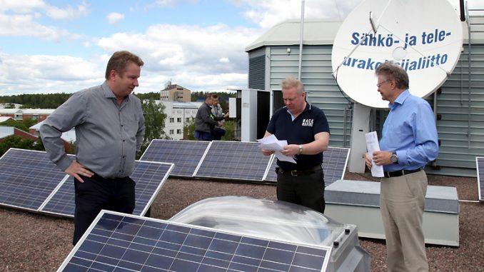Sähköinfon tekninen johtaja Esa Tiainen, tekninen asiantuntija Timo Ylinen sekä STUL:n järjestöpäällikkö Arto Saastamoinen muistuttavat, että 230-voltin sähköjärjestelmään kytkettävän aurinkosähköjärjestelmän käyttöönottoa koskevat täsmälleen samat vaatimukset kuin muitakin sähköasennuksia; työ pitää jättää luvat omaavalle sähköurakointiyritykselle.