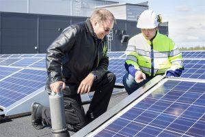 Kalevan kiinteistöpäällikkö Jouko Männikön ja Oulun Energian tuotepäällikkö Olli Tuomivaaran mukaan Ruotsissa valmistettujen paneelien pinnoitteissa on käytetty nanokuviointia, jonka ansiosta ne saavat paremmin talteen myös hajavaloa.