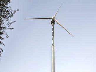 Tuulisena päivänä mylly tuottaa kaiken kiinteistön tarvitseman sähkön ja ylikin.