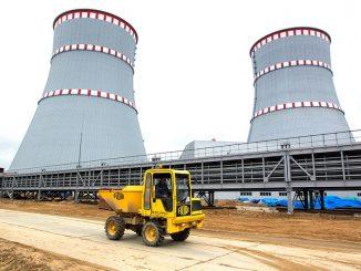 Hanhikivi 1:n suunnitelmat perustuvat kuvassa olevan Leningrad-2 -ydinvoimalaitoksen ratkaisuihin suomalaisiin ja eurooppalaisiin turvallisuusvaatimuksiin sovitettuina. Leningradin ydinvoimalaitoksen toisen vaiheen 1. voimalayksikön VVER-1200 -reaktori käynnistettiin 6. helmikuuta tänä vuonna. Hanhikiven voimalaitoksen odotetaan valmistuvan vuoteen 2024 mennessä.
