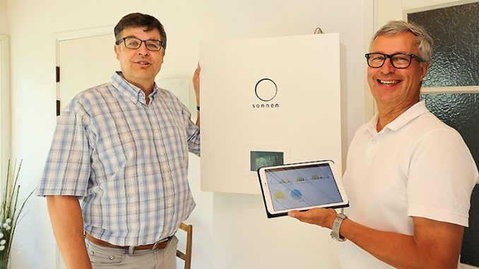 Mikko Wikstedtin ja Tapio Venäläisen mukaan myös kuluttajien kiinnostus sähkön varastointiin on kasvamassa jatkuvasti aurinkosähköjärjestelmien yleistyessä. Energiavaraston liittäminen osaksi valmista aurinkosähköjärjestelmää onnistuu noin puolessa päivässä.