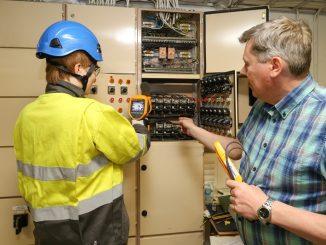 """Sähköinfo Oy:n lämpökuvaajakouluttaja Henrik Rouskun mukaan sähkölaitteiden lämpökuvaus on suositeltavaa tilata aina sähköalan ammattilaiselta. """"Jos kuvaaja ei tunne sähkölaitteistojen toimintaa, tulee kuvista tehtyä helposti virhetulkintoja ja vikoja saattaa jäädä huomaamatta"""", Rousku sanoo."""
