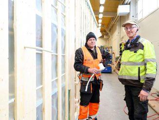 Katon putkitus valmistuu kyljellään. Juankosken sähkö oy:n asentajana parikymmentä vuotta työskennelleen Mika Miettisen ja yhtiön toimitusjohtaja Harri Hämäläisen mukaan suuressa tehdashallissa työskentely on sitä mieluisampaa, mitä huonommat kelit ulkona on.