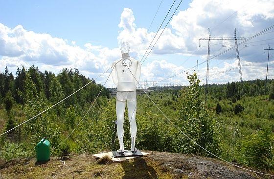 Suolaliuoksella taytetty Ukko-fantom työpaikallaan Tampereen ja Kangasalan välisellä voimalinjalla.