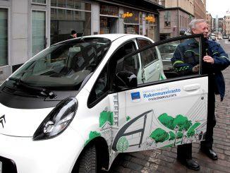 Helsinki on hankkinut jo runsaasti sähköautoja esimerkiksi kaupungin pysäköinninvalvojien käyttöön. Kuva Helsingin kaupunki/Lauri Hänninen.