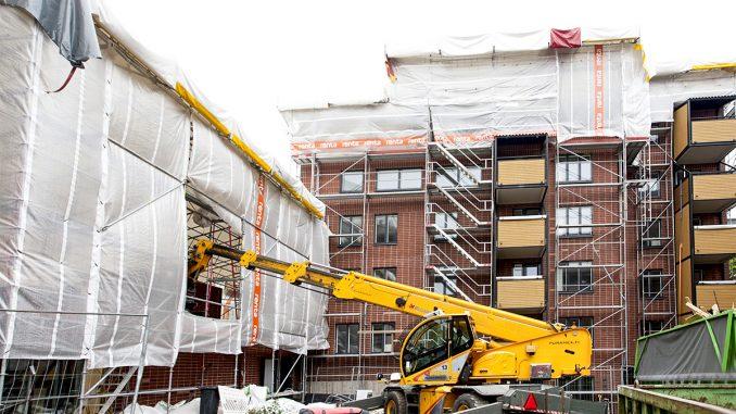 Hoas on peruskorjannut tämän ja viime vuoden aikana viisi opiskelija-asuntokohdetta. Kuvassa vuonna 1981 valmistunut Pasilanraitio 6. Kohteen sähköurakoinnista vastasi Takuusähkö oy. Kuva Matti Vuohelainen.