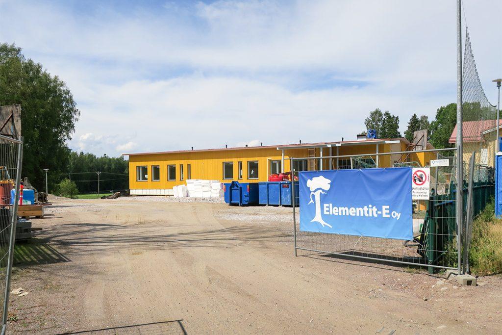 Porvoon itäpuolella olevaan Sannaisten kylään kesällä pystytettyyn kouluun toimitettiin kaksitoista eri kokoista, Juankosken sähkön Kaavilla valmiiksi sähköistämää suurelementtiä.