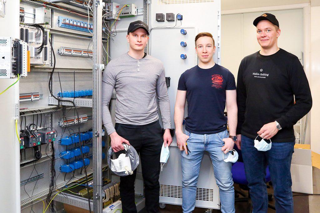 Keväällä 2022 sähköinsinööreiksi valmistuvien Kalle Niskasen, Joose Pitkäsen ja Miika Saavalaisen mukaan keskuksen kokoamisprojektissa sai hyvää harjoitusta myös projektin aikatauluttamisesta ja komponenttien ominaisuuksista.
