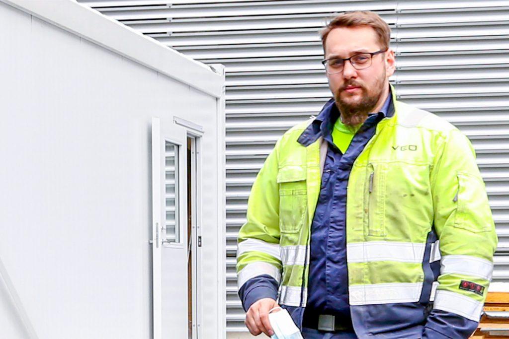VEOn käyttöönottoinsinööri Jouni Iso-Ahon mukaan Savonian uudet koulutustilat simuloivat erinomaisesti oikeaa sähköasemaympäristöä.