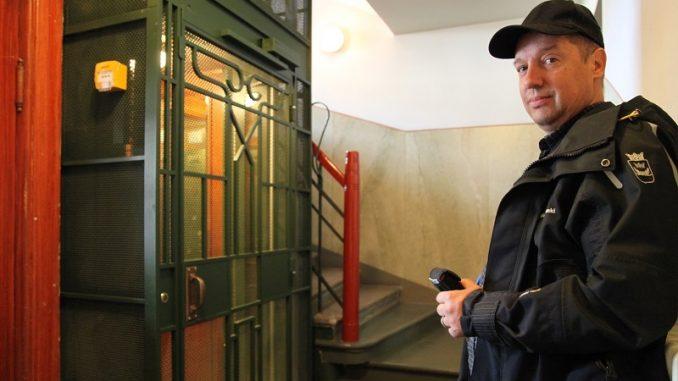 Helsingin kaupungin hissiasiamies Simo Merilän mukaan uudet, syyskuun alussa voimaan tulleet turvallisuusvaatimukset lisäävät hissien tilantarvetta. Kuvan jälkiasennushissi istuu tyylikkäästi vuonna 1906 valmistuneen Jugend-talon portaikkoon.