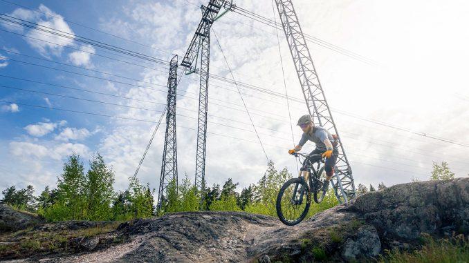 Leväsuon sähköaseman uusimisen yhteydessä myös sähköaseman läheisiä voimajohtopylväitä uusitaan voimajohtojen järjestelemiseksi uudelle sähköasemalle. Kuva Fingrid.